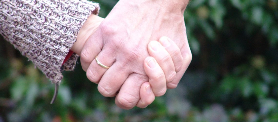 hold-hands-2159694_1920
